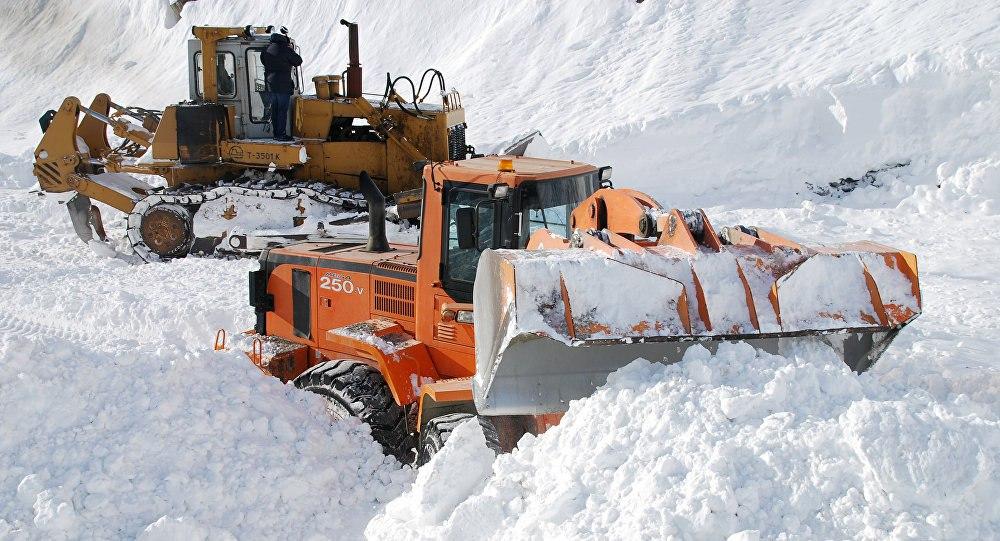 Спасатели ищут 5 попавших под лавину рабочих на трассе Душанбе - Чанак