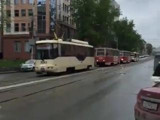Затор из трамваев на Серебренниковской