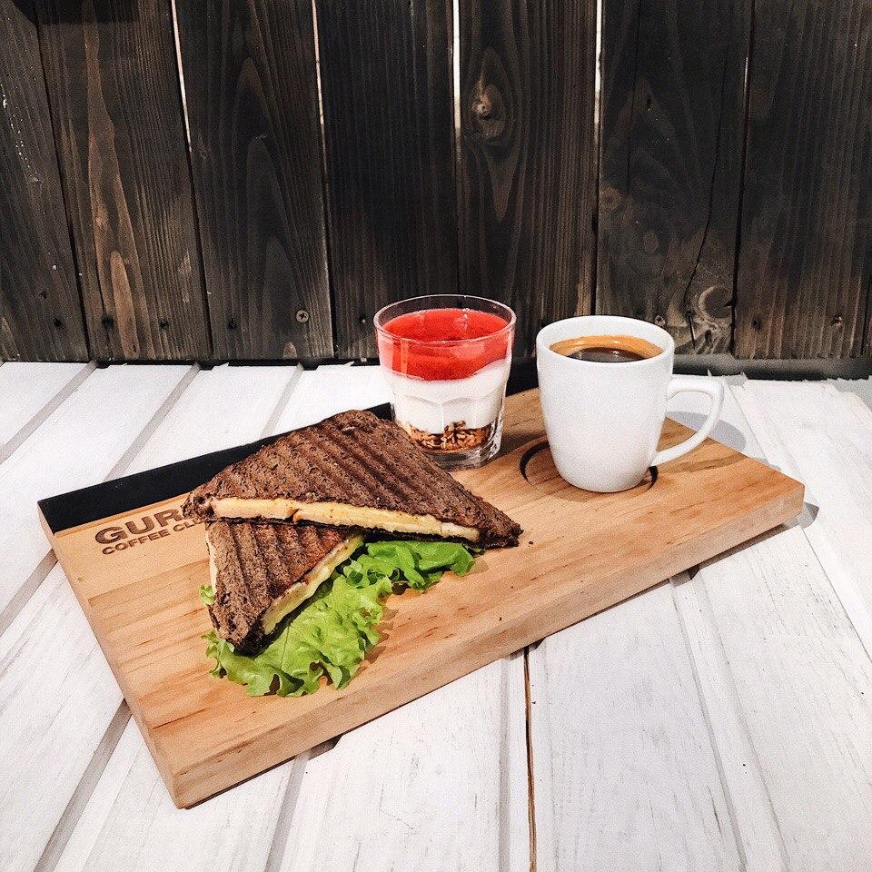 Аппетитные тосты с ветчиной и сыром + йо-гуру + американо/чай в GURU Coffee Club от 4,80 руб.