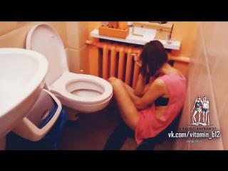 Девушка застукала (застала) своего парня с лучшей подругой в туалете. теги спалили, измена, жёсткое видео