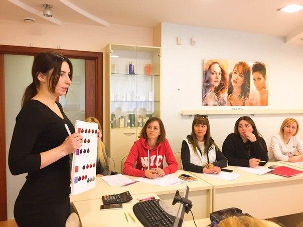 На семинаре 'Блондинка в законе' технолог Валерия Лынова выводит форму