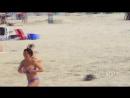 Девушка с большой грудью старается не потерять купальник