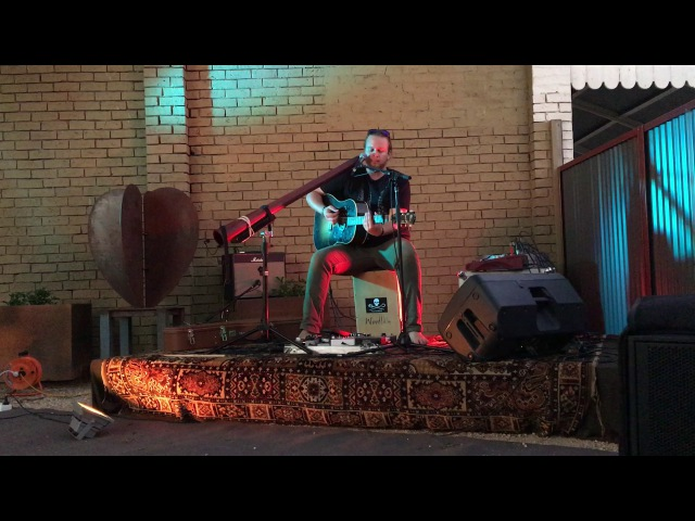 Delatite Hotel Courtyard Live Music 2017 Richard Perso