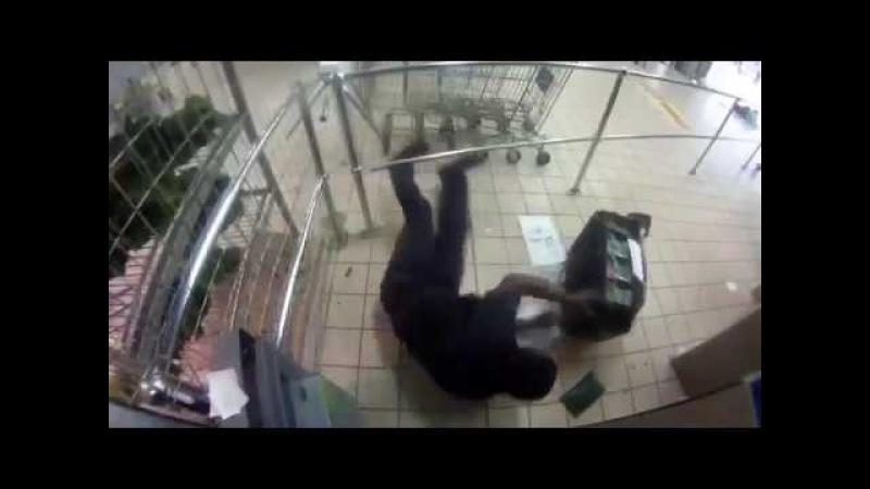 Банкоматная видеокамера сняла нападение на инкассаторов в южноафриканском суп ...
