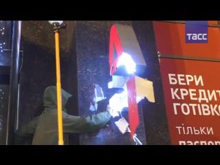 В Киеве радикалы разгромили отделение 'Альфа-банка'