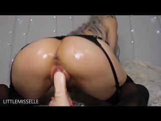 красивая девушка мастурбирует свою киску