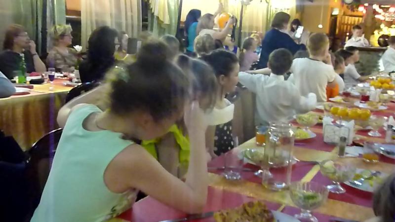 дети на своей волне, камера отказывается фокусироваться, но больше всего мне нравится диджей