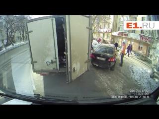 В Екатеринбурге водители поругались на дороге из-за выброшенной в окно банановой кожуры