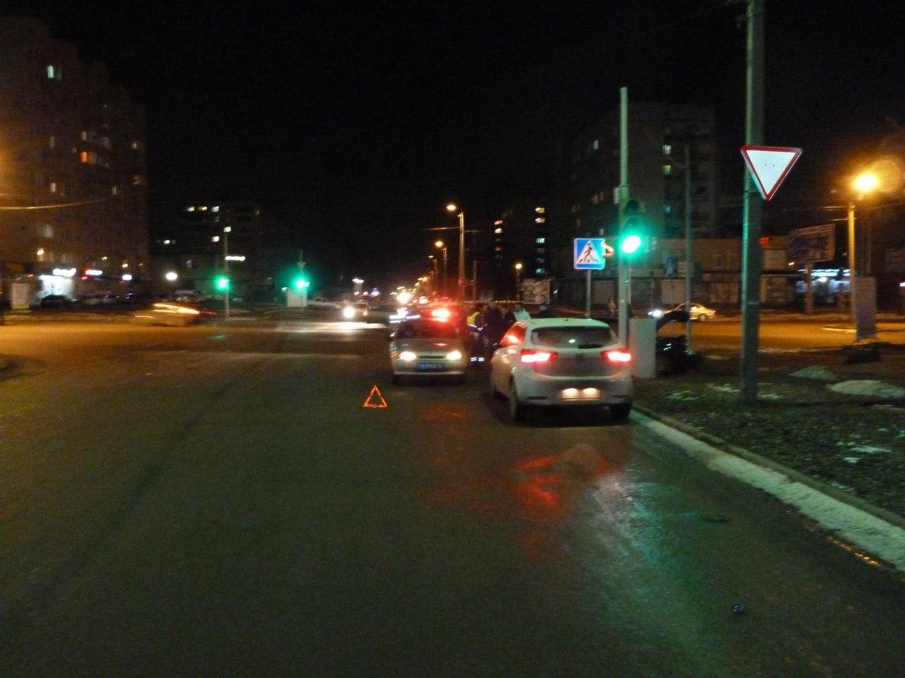 В Таганроге на Русском поле дорогу не поделили водители Daewoo Nubira и Lada Priora, двое пострадавших