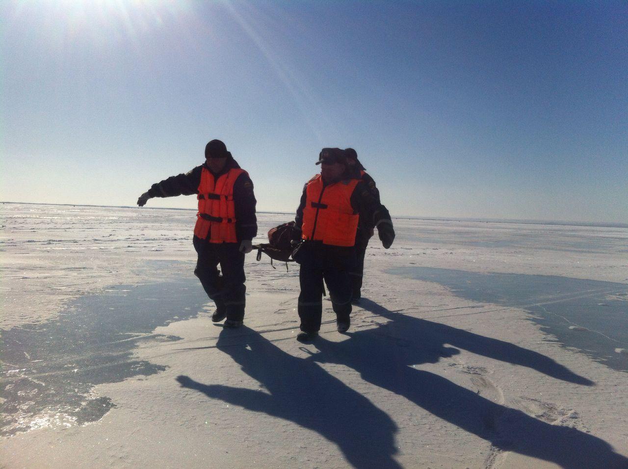 Сотрудники поисково-спасательного подразделения оказали помощь погибающему рыбаку