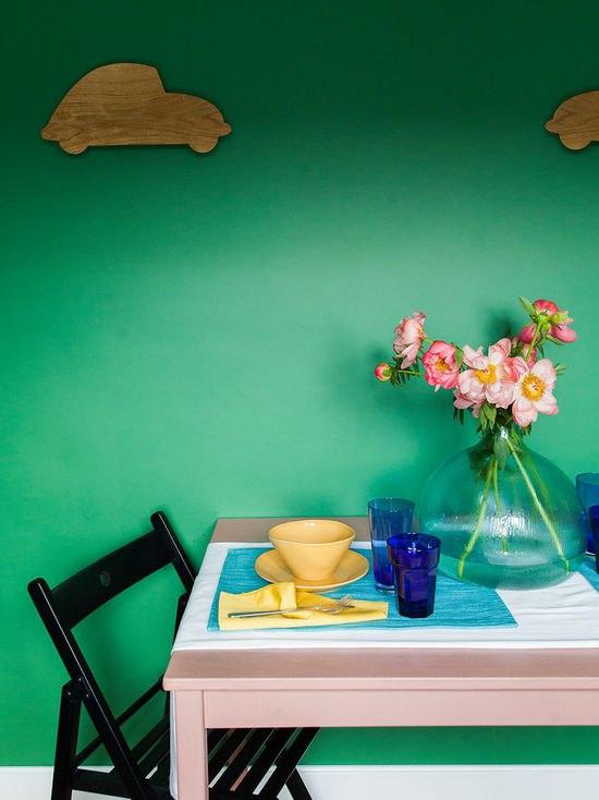 Интерьер квартиры 29,5 м с зелеными стенами в Москве.