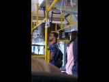 чувак в автобусе это же насколько крутой музон играет