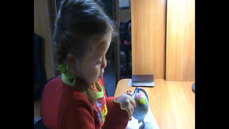 Наша доченька Ульяна в раннем возрасте. Рассматривает глобус.