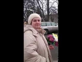 Стара курва вкрала квіти з меморіалу загиблим в АТО. Чернигів.