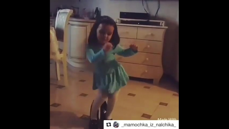 девочка танцует под песню Вите надо Выйти