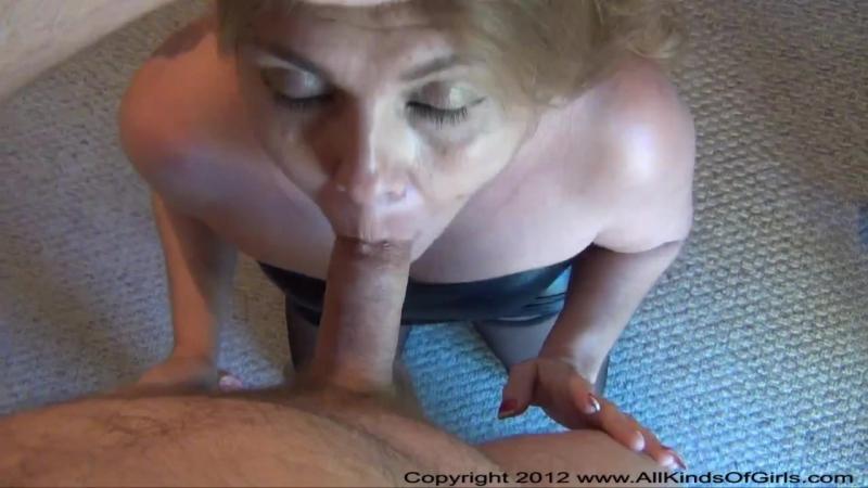 Yaşlı Kadın Ağzına Alarak Adamı Doyuruyor