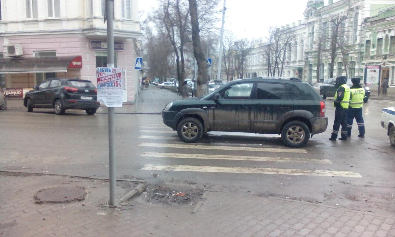 В центре Таганрог под колеса Hyundai угодил пешеход