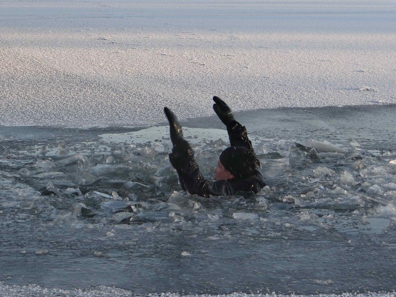 Под Таганрогом спасатели вытащили из Таганрогского залива тонущего человека