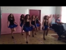 Девочки танцуют Буги-вуги в школе