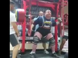 Влад Алхазов приседает 500 кг в одних бинтах!
