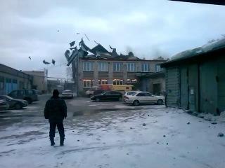 Ветер срывает крышу со здания на ул. Богдана Хмельницкого, 69