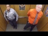 Они остались в лифте одни. Когда камера поймала их на горячем, это мигом разлетел...