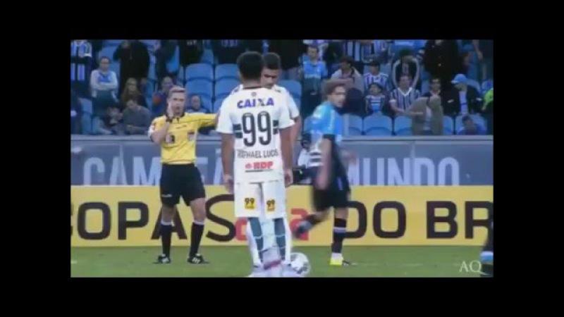 Jogador chuta a bola no arbitro !
