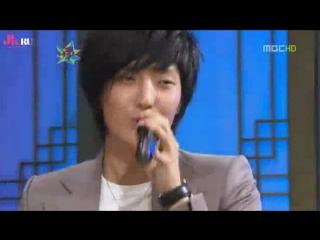 Ли Джун Ки поёт.