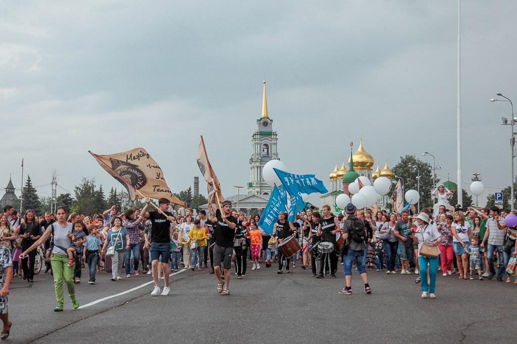 Более 500 артистов, музыкантов и перформеров из 10 городов России и 8 стран мира