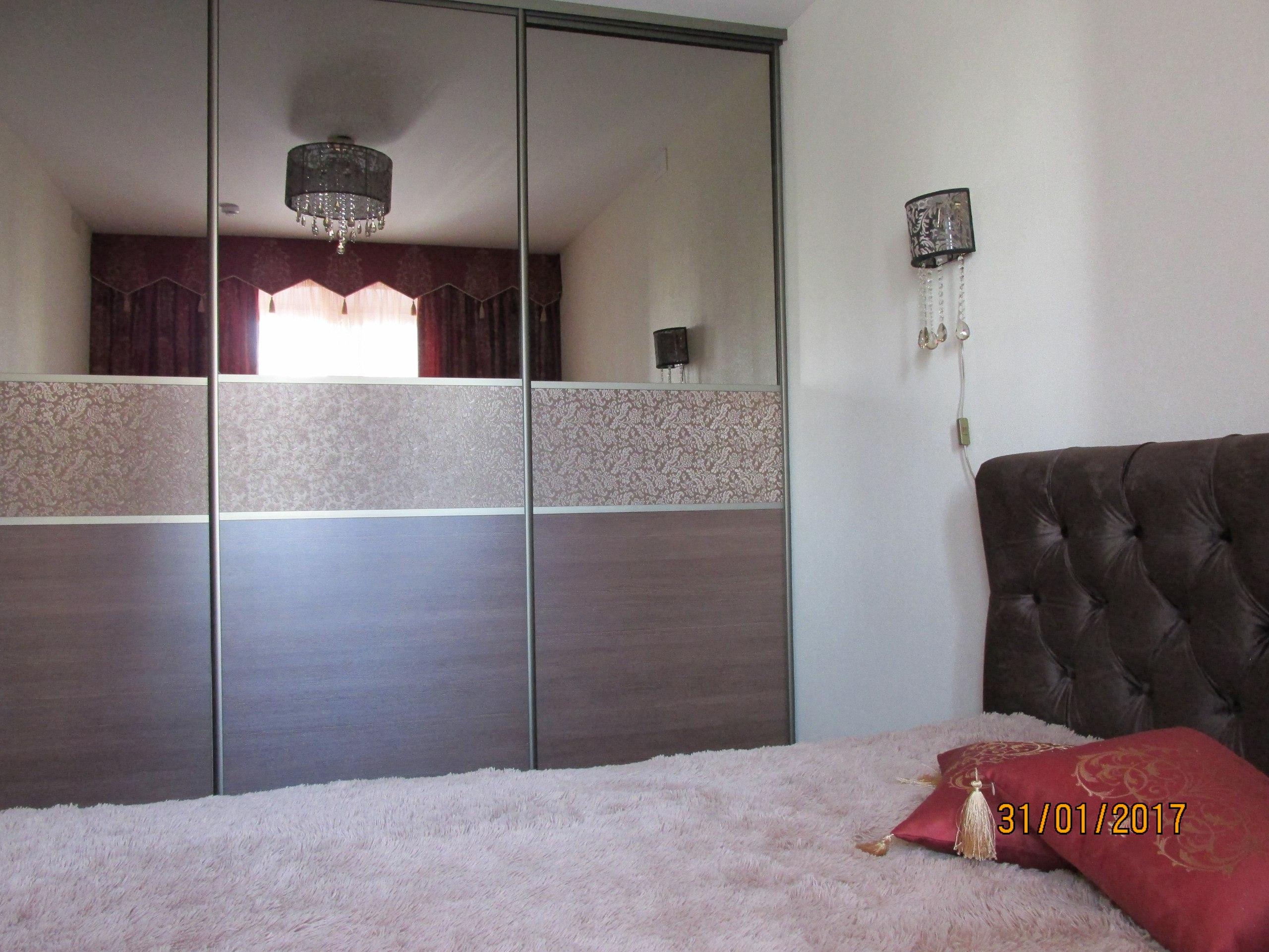 Интерьер и незначительная перепланировка относительно небольшой квартиры (студия+спальня, 50 кв м).