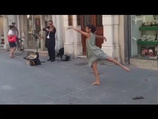 Балерина не смогла устоять перед мелодией уличного музыканта и исполнила красивый танец