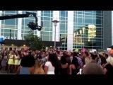 Люди поет песню Селены Гомес на улице