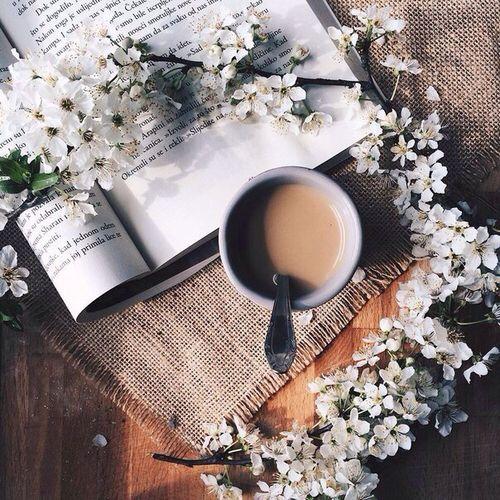 Лучше всего свой день начинать с чашки горячего кофе дома и «крепкой» классики по дороге на работу.