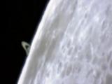 Saturno emergiendo sobre la luna.