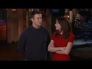 SNL Host Dakota Johnson and Taran Killam Beg Her Mom To Watch Fifty Shades of Grey (русские субтитры)