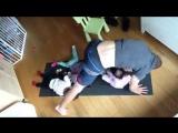 Забавно :))) Папа троих детей занимается йогой