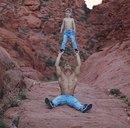 29-летней акробат Уэйн Скивингтон из цирка Cirque du Soleil стал самым популярным отцом-од…