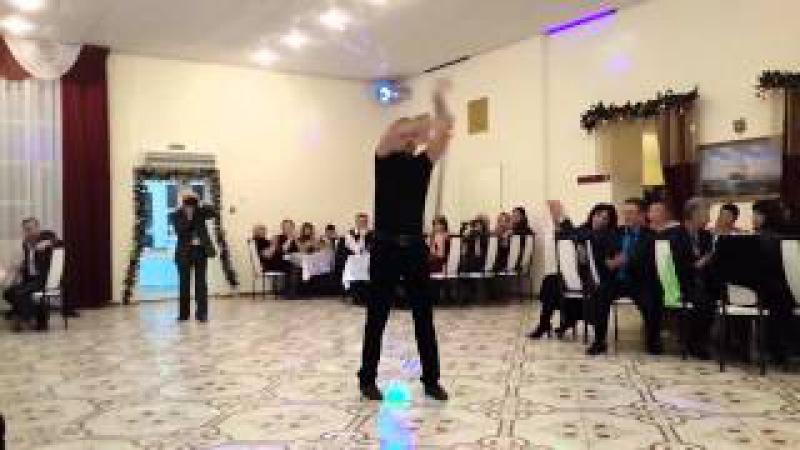Прикольный красивый казачий танец с шашками на новогоднем корпоративе