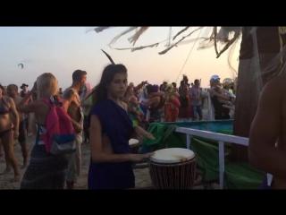 Наши Примовцы покоряют зарубежные сцены...то есть пляжи. Светлана Короглуева на Бали разминается на барабанах.