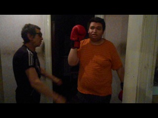 Батя тренируем меня боксу
