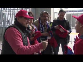 Юные футболисты дарят подарки чилийским фанатам