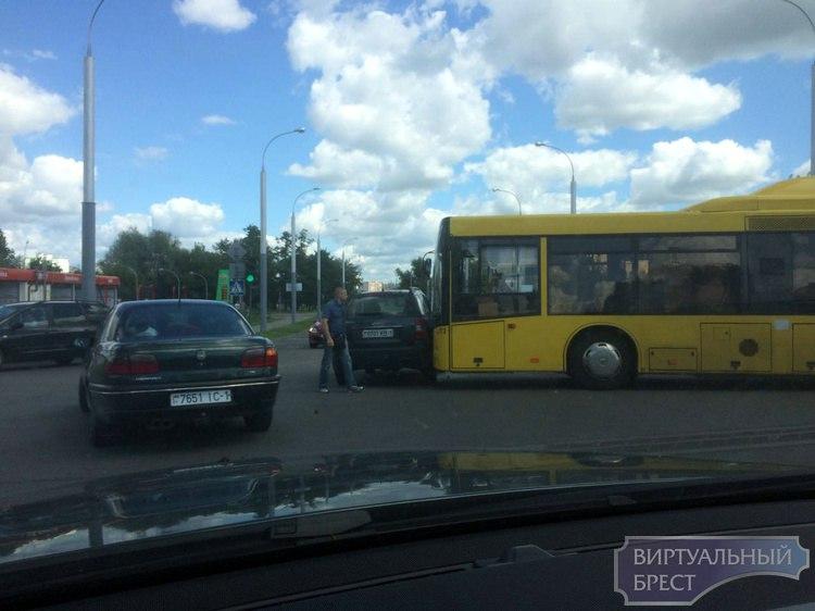 """В """"южном"""" автобус столкнулся с легковым автомобилем"""