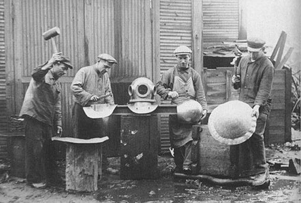 Мастера по изготовлению водолазного снаряжения. Россия. 1880-е годы.