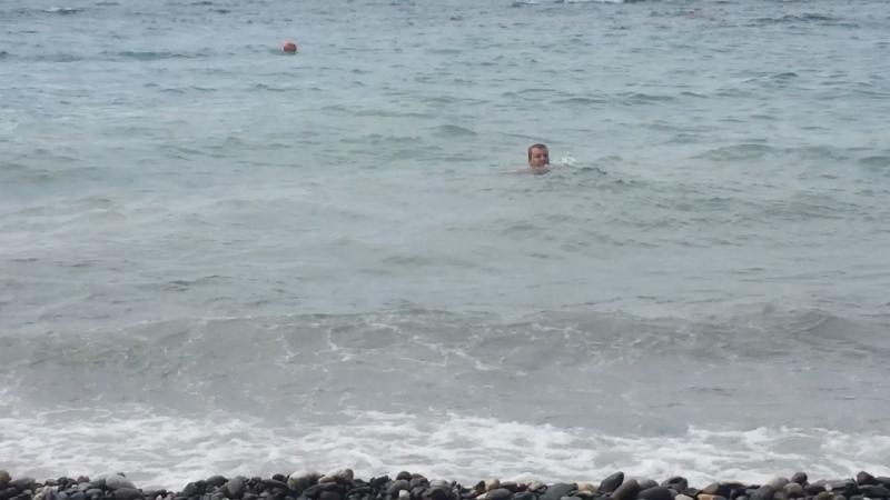 Женя плавает
