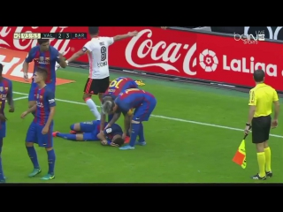 Фанаты «Валенсии» бросают бутылку в  игроков Барселоны