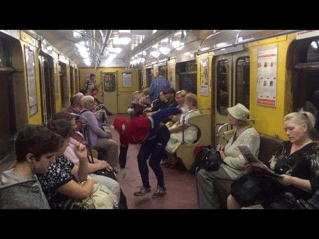 Человек-паук танцует в метро Санкт-Петербурга