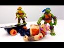 ЧерепашкиНиндзя Микеланджело схватили Бибоп и Рокстеди! Видео для детей с игрушками.