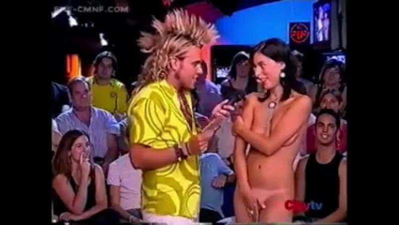 ENF, CMNF, OON, стеснительные эксгибиционистки – две голые женщины прикрываются руками, участвуя в телешоу