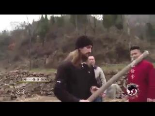 Монах ломает палку (6 sec)