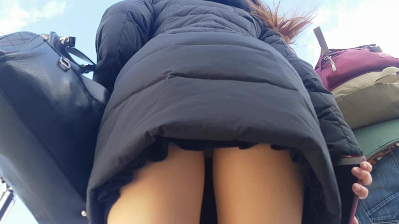 В автобусе под юбкой видео